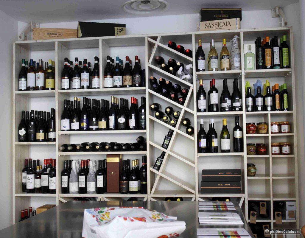 Bottiglie di vino, sistemate in uno scaffale